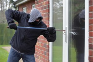 inbreker forceert achterdeur